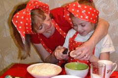 веселые матрешки на кухне