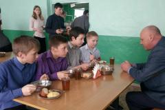 Глава администрации района Александр Нечушкин общается со школьниками в столовой