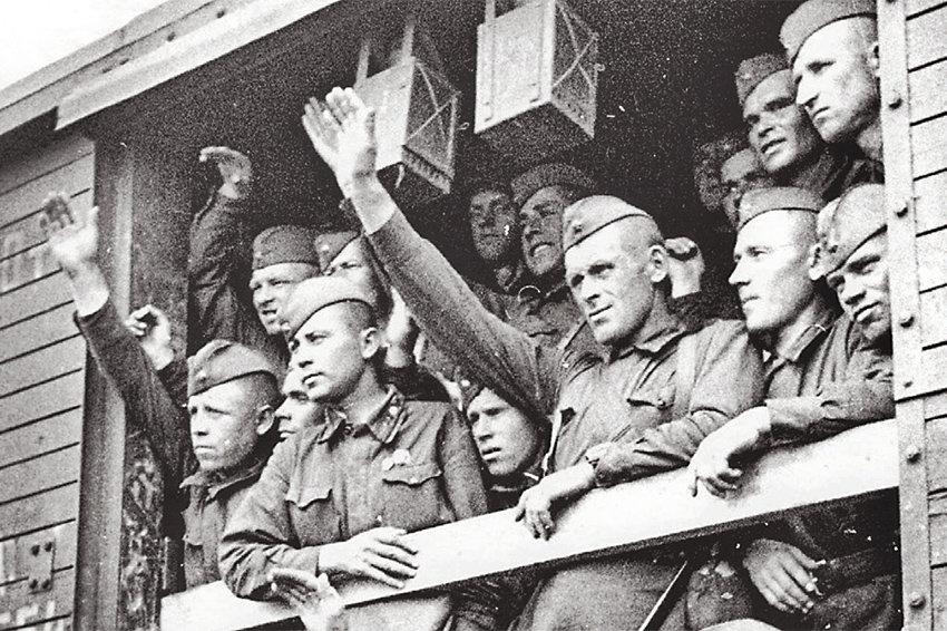 Эшелон с красноармейцами отправляется на фронт