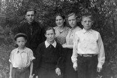 babushka-rossijskogo-tatyana-rodionovna-v-sdetmi-i-sosedyami-1956-god.