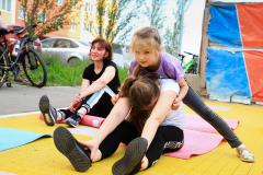 5-deti-pomogayut-mamam-vo-vremya-rastyazhki